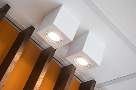 Leuchten mit passender Beleuchtung im Büro