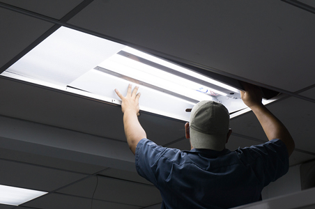 Platzierung einer LED-Röhre im Büro