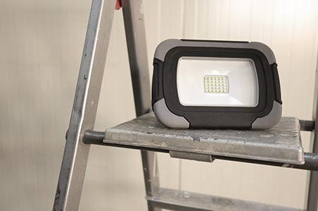 LED-Baustrahler bei der Arbeit