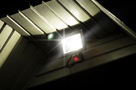 LED-Fluter mit Bewegungsmelder unter der Decke