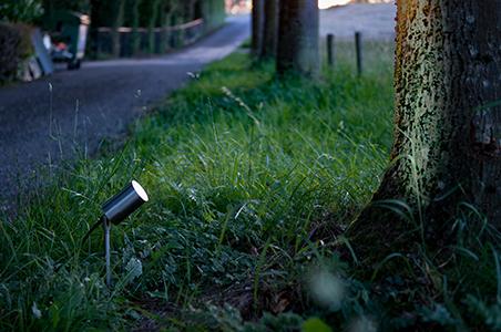 Die Verwendung eines Spießstrahlers als Gartenbeleuchtung