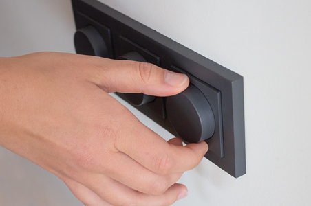 Einbau eines LED-Dimmers in der Mauer