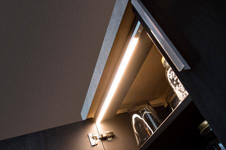 LED-Schrankbeleuchtung in dem Küchenschrank