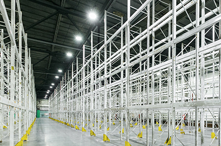 LED-Hallenstrahler in einem großen Lager