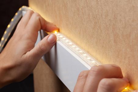 LED-Streifen werden mit einem Transformator versorgt
