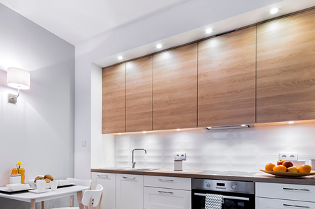 LED-Lampen einer Vorteilsverpackung in der Küche